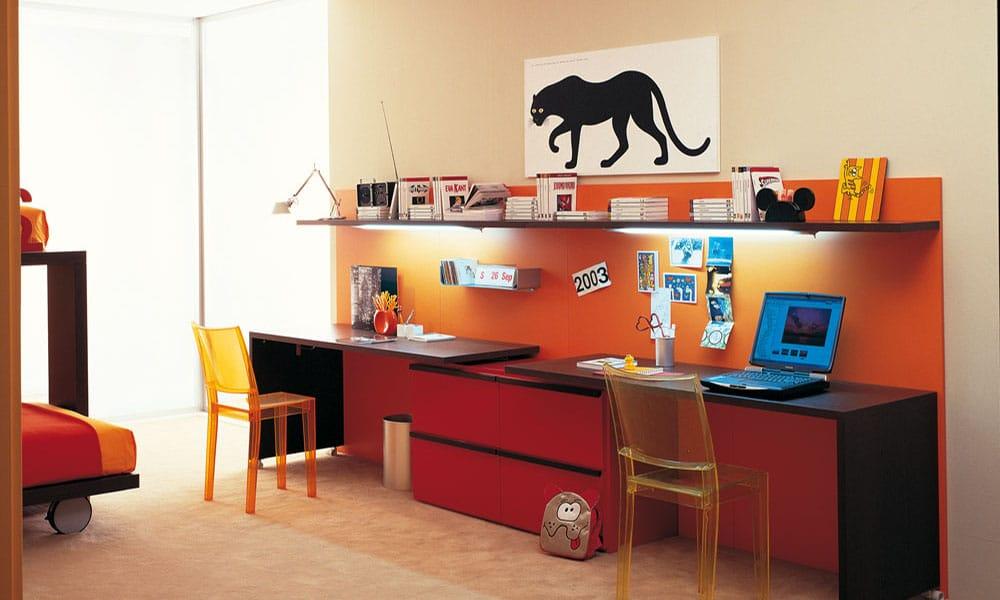 Lernecke mit Schreibtisch aus hochwertigen Materialien