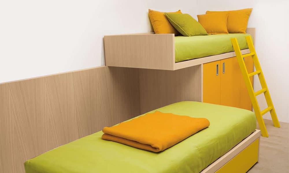Halbhohes individuell geplantes Kinderbett mit zwei Schlafmöglichkeiten
