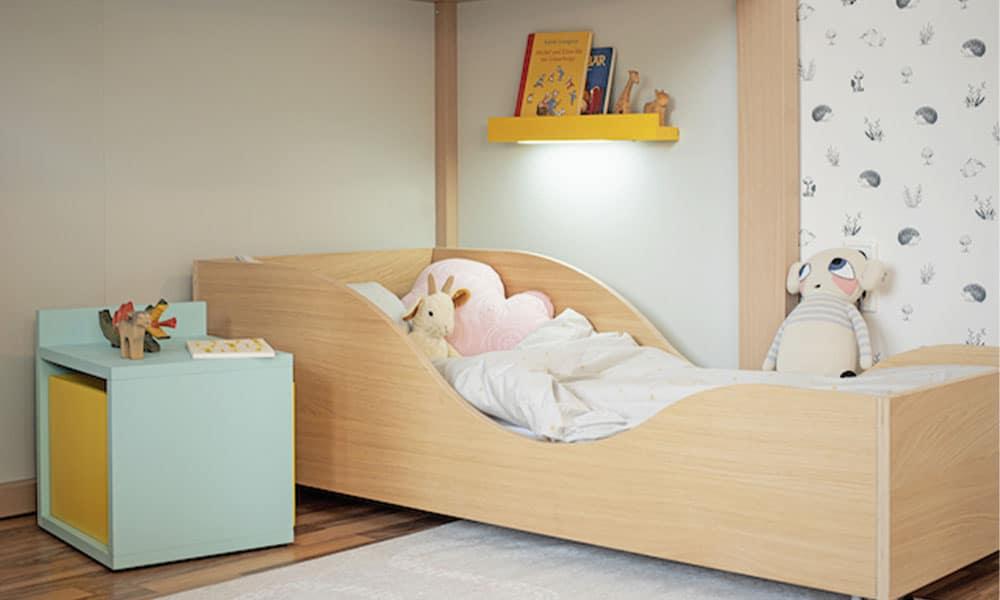 klassisches juniorbett mit Nachttisch